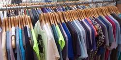 Една фирма продава обувки и дрехи в даден магазин